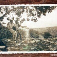 Fotografía antigua: ANTIGUA FOTOGRAFIA TARJETA POSTAL - NIÑOS EN COLUMPIO - AÑOS 50 - 13.5X8.5CM - AÑOS 40 / 50. Lote 160372094