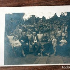 Fotografía antigua: ANTIGUA FOTOGRAFIA TARJETA POSTAL - FOTO DE FAMILIA - AÑOS 50 - 13.7X8.5CM. Lote 160372290