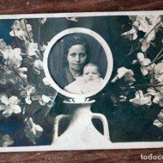 Fotografía antigua: ANTIGUA FOTOGRAFIA TARJETA POSTAL - MADRE CON SU BEBE - AÑOS 40 - 11.7X8.2CM. Lote 160372722