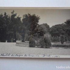 Fotografía antigua: TERUEL. IMAGEN, PLAZOLETA DEL PARQUE DEL ENSANCHE. 1952. Lote 160549166
