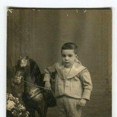 Fotografía antigua: TORTOSA R. ANDREU FOTOGRAFIA NIÑO CON CABALLO DE CARTON (VER IMAGEN DEL REVERSO) AÑOS 30 / 40. Lote 161866562
