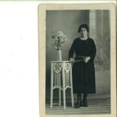 Fotografía antigua: SEÑORITA POSANDO CON FLORERO. PHOTO MATARREDONDA. ALCOY. Lote 162942782