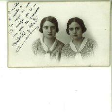 Fotografía antigua: PAREJA DE SEÑORITAS POSANDO. MODERN STUDI MATARREDONDA. ALCOY. Lote 162943166