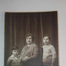 Fotografía antigua: ANTIGUA FOTOGRAFÍA TARJETA POSTAL MADRE CON SUS HIJOS,GAMISSÁNS,BARCELONA. Lote 163631474