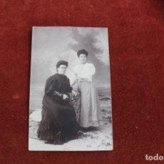 Photographie ancienne: FOTOGRAFIA SEÑORAS EN POSE, PLAYA Y PARASOL. FOTOGRAFO DARBLADE TORREVIEJA. Lote 163724626