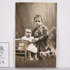 Fotografía antigua: ANTIGUA FOTOGRAFÍA / POSTAL - PAREJA DE NIÑOS / BEBÉ - FOT. LUMIÉRE, BARCELONA. AÑO 1922. Lote 164675386
