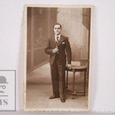 Fotografía antigua: ANTIGUA FOTOGRAFÍA / POSTAL - RETRATO DE HOMBRE / CABALLERO FUMANDO CON TRAJE - SIN CIRCULAR. Lote 164675706