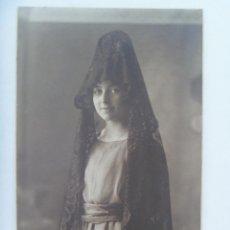 Fotografía antigua: PRECIOSO RETRATO DE SEÑORITA CON PEINETA Y MANTILLA, PP. DE SIGLO. DE MORALES Y VALDIVIESO, GRANADA. Lote 166589346