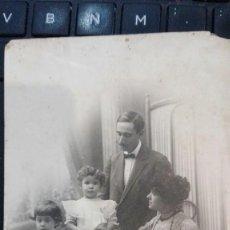 Fotografía antigua: RETRATO DE FAMILIA ACOMODADA.BARCELONA. Lote 166879428