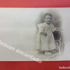 Fotografía antigua: NIÑO POSANDO EN ESTUDIO BANUS FOTÓGRAFO. CANUDA. BARCELONA. Lote 167923420