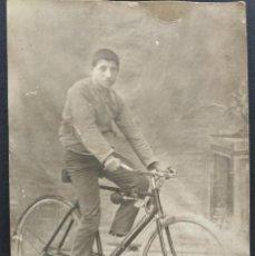 Fotografía antigua: MUCHACHO EN BICICLETA FECHADA EL AÑO 1914 - 9 X 13,5 CM. Lote 169968164