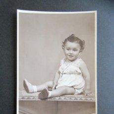 Fotografía antigua: ANTIGUA FOTOGRAFÍA CÁCERES, FOTÓGRAFO JAVIER. RETRATO DE UNA NIÑA. AÑO 1941. . Lote 169997664