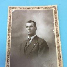 Fotografía antigua: JOVEN CON CRUZ EN LA SOLAPA - FOTOGRAFO V.TALENS JATIVA. Lote 170413960