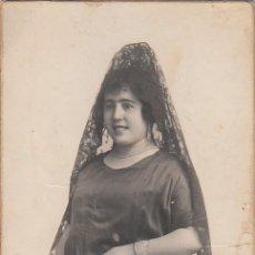 Fotografía antigua: PRECIOSA FOTO TARJETA POSTAL RETRATO MUJER MANTILLA Y BOLSO MALLA FOTÓGRAFO DERREY VALENCIA 20S AA. Lote 171163622