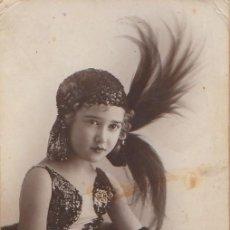 Fotografía antigua: MAGNÍFICA FOTO TARJETA POSTAL NIÑA VESTIDO CHARLESTON GORRO PLUMAS FOTÓGRAFO DERREY VALENCIA 1932 AA. Lote 171164184