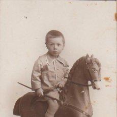 Fotografía antigua: MAGNÍFICA FOTO TARJETA POSTAL NIÑO EN CABALLITO CARTÓN Y PERRITO DE JUGUETE DERREY VALENCIA 1925 AA. Lote 171164588