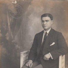 Fotografía antigua: DERREY VALENCIA RETRATO CABALLERO SENTADO. FOTO TARJETA POSTAL 1919 AA. Lote 171296532