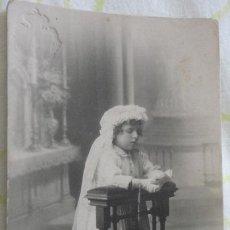 Fotografía antigua: ANTIGUA FOTOGRAFIA.NIÑA PRIMERA COMUNION.PILAR DOZ PORTER.FOTO EMILIO GAUSI.LERIDA. Lote 172010442