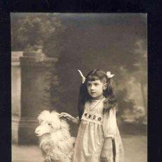 Fotografía antigua: FOTO POSTAL: NIÑA JUNTO A UNA CABRA DE JUGUETE. Lote 172072819