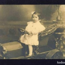 Fotografía antigua: FOTO POSTAL: NIÑA MONTADA EN UN COCHE DE JUGUETE. FOTOGRAFO A.BARÓ. CARTON GRUESO. Lote 172073232
