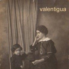 Fotografía antigua: PRECIOSA FOTO TARJETA POSTAL ESCENA FAMILIAR. MADRE CON SU HIJO MATRAN, CARTAGENA S XIX XX FF. Lote 174373917