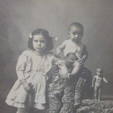 Fotografía antigua: FOTOGRAFÍA POSTAL ANTIGUA-POSADO DE ESTUDIO-ALCOY CURIOSO POSADO NIÑOS. Lote 174686705