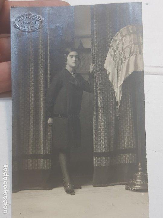 Fotografía antigua: Fotografía postal antigua-Posado de Estudio-Alcoy -Palacio- MUJER ENTRE CORTINAS - Foto 3 - 174689257