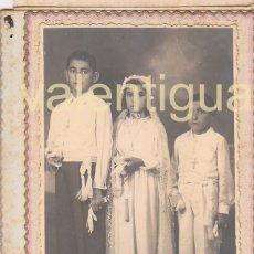 Fotografía antigua: FANTÁSTICA FOTO TRES HERMANOS CON VESTIDO DE COMUNIÓN FOTOGRAFÍA LEÓN PUERTO SAGUNTO VALENCIA 20S FF. Lote 175610315