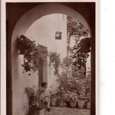 Fotografía antigua: TARJETA POSTAL FOTOGRAFICA. FOTO GODES. CORDOBA. PATIO TIPICO.. Lote 175673903