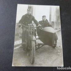 Fotografía antigua: SALAMANCA MILITARES EN UN SIDECAR FOTOGRAFIA HACIA 1920. Lote 175720344