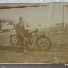Fotografía antigua: ANTIGUA FOTOGRAFIA.CHICO EL MOTOCICLETA CON TROFEO.AUTOBUS.SEVILLA? AÑOS 30?. Lote 175963617