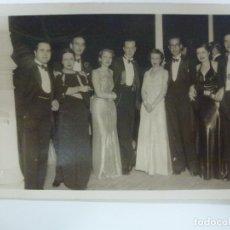 Fotografía antigua: FOTOGRAFÍA ANTIGUA. GALANTES Y SEÑORAS. SELLO CINE FOTO. (14 CM X 8,8 CM). Lote 176157889