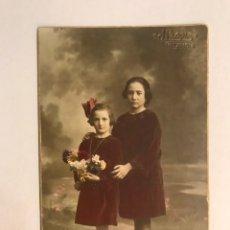 Fotografía antigua: FOTOGRAFÍA ANTIGUA COLOREADA. HERMANAS POSANDO CON RAMO DE FLORES.FOTO. J. LLOPIS (H.1920?). Lote 176461227