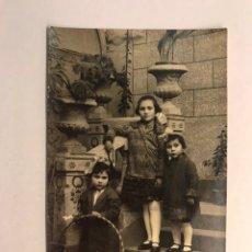 Fotografía antigua: NIÑOS. FOTOGRAFÍA ANTIGUA. HERMANAS CON EL HULA HOOP . SOPORTE TARJETA POSTAL (H.1920?). Lote 176525024