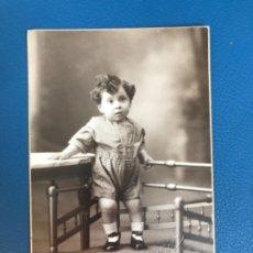 Fotografía antigua: ANTIGUA FOTO CARTON BEBE NIÑO POSANDO GRABADA PELLICER MODERN STUDI BARCELONA FOTO INFANTIL 1930. Lote 176677123