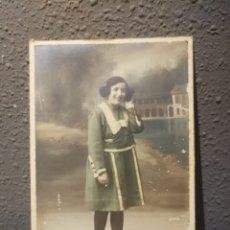 Fotografía antigua: TARJETA POSTAL MUJER POSANDO. Lote 176721272