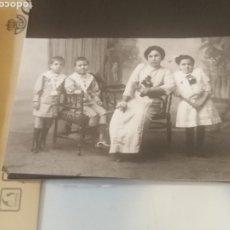 Fotografía antigua: TARJETA POSTAL MADRE CON SUS TRES HIJOS. Lote 176796527