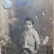 Fotografía antigua: FOTOGRAFÍA POSTAL DE ESTUDIO-NIÑO CON CUBO Y PALA-SELLADA EN SECO SORIANO. Lote 177186803