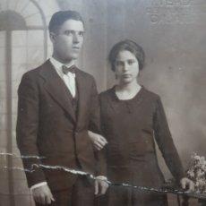 Fotografía antigua: FOTOGRAFÍA POSTAL DE ESTUDIO-FAMILIA POSANDO-SELLADA EN SECO VERDES. Lote 177193074