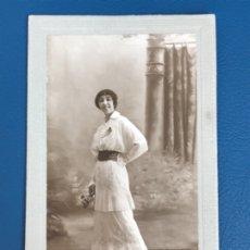 Fotografía antigua: ANTIGUA FOTO MUJER AÑOS 20 FLORES CARTON MARCO POSTAL GRIS J GALLEGO FOTO PRECIOSA. Lote 177216772
