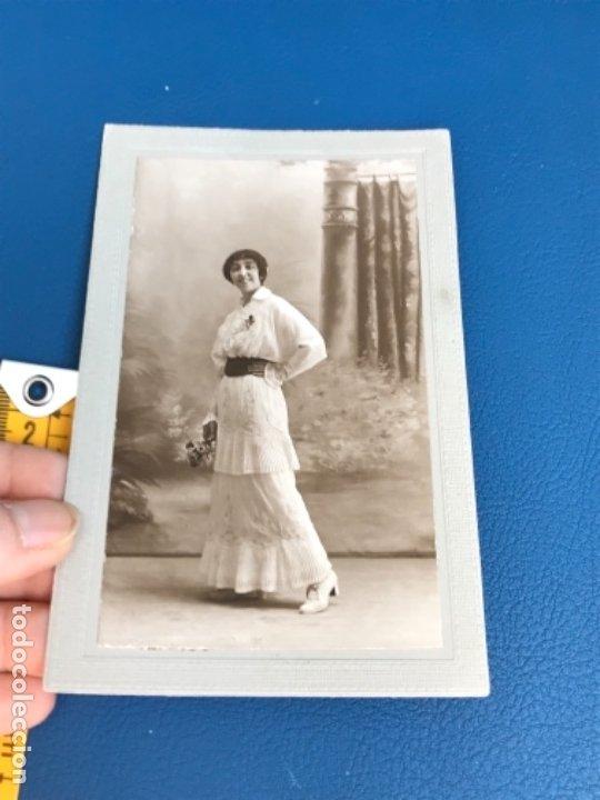 Fotografía antigua: Antigua foto mujer años 20 flores carton marco postal gris j gallego foto preciosa - Foto 2 - 177216772