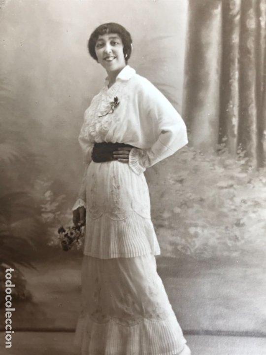 Fotografía antigua: Antigua foto mujer años 20 flores carton marco postal gris j gallego foto preciosa - Foto 4 - 177216772