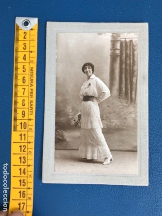 Fotografía antigua: Antigua foto mujer años 20 flores carton marco postal gris j gallego foto preciosa - Foto 5 - 177216772
