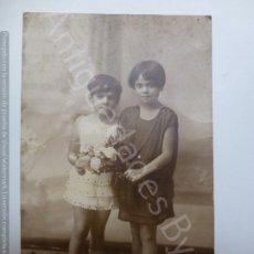 Fotografía antigua: TARJETA POSTAL ANTIGUA ORIGINAL. NIÑAS. RAMO.. Lote 177279140