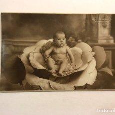 Fotografia antiga: NIÑOS. FOTOGRAFÍA ANTIGUA. RETRATO: J. LLOPIS, VALENCIA. NIÑA DESNUDA SOBRE FLOR (H.1920?),. Lote 178168081