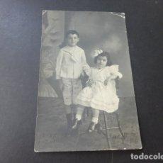 Fotografía antigua: HERMANOS NIÑA CON ABANICO POSTAL FOTOGRAFICA. Lote 178364512