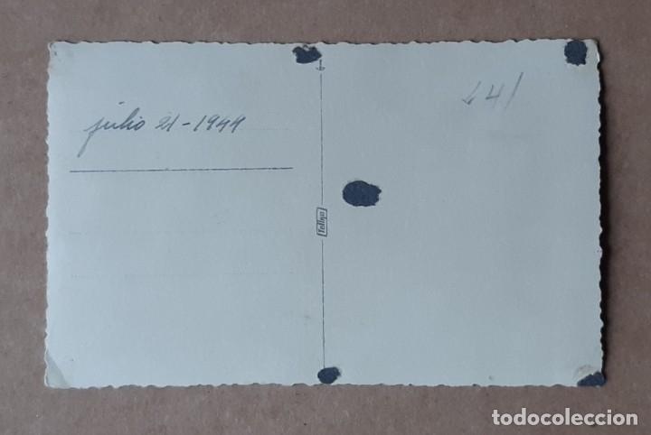 Fotografía antigua: ANTIGUA FOTOGRAFÍA TARJETA POSTAL MUJER CON UN BEBÉ. 1944. TROQUELADA. - Foto 2 - 178602062