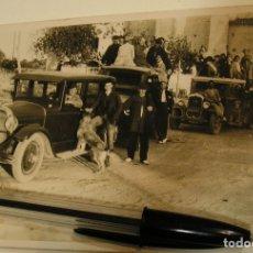 Fotografía antigua: ANTIGUA FOTO FOTOGRAFIA GRUPO DE HOMBRES JUNTO COCHES (19). Lote 178739156