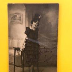 Fotografía antigua: FOTO ANTIGUA MUJER PEINETA COLLAR FOTO POSTAL DEDICADA TERESITA BERINGOLA HERMANOS MADRID VOLANTES. Lote 179084818