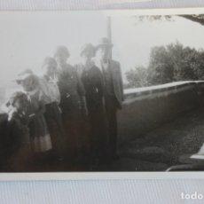 Fotografía antigua: FOTOGRAFIA FAMILIA POSANDO, NIZA 1933. Lote 179533280